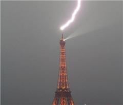 巴黎埃菲尔铁塔遭雷击 闪电不偏不倚劈中塔尖