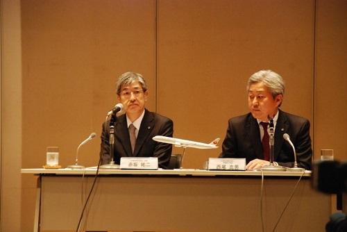 记者会见现场的日航赤坂社长(左)