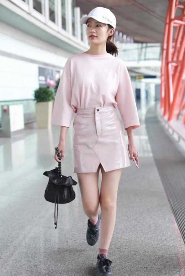 李沁一身粉色亮相,脚上黑色的平底鞋却成亮点,网友:求鞋子!