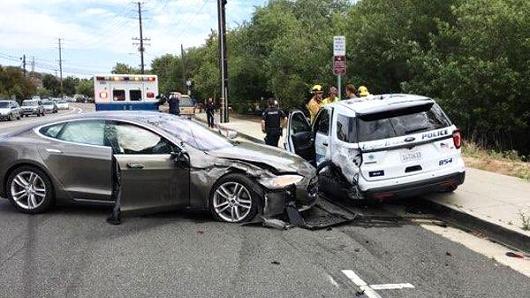 辅助驾驶模式再闯祸? 特斯拉追尾警车司机受轻伤