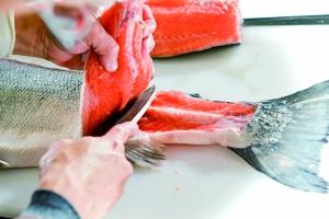 生食三文鱼前最好冷冻或做熟