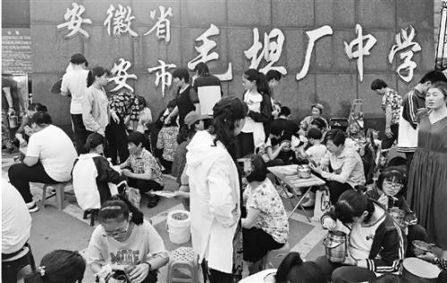 探访安徽毛坦厂中学:高考临近陪读家长比孩子还紧张