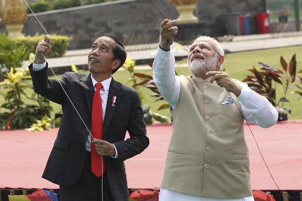 印度总理莫迪访问印尼 与佐科一起开心放风筝