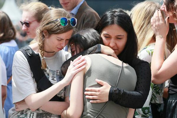 比利时为枪击案遇难者默哀 民众抱头痛哭悲伤难掩