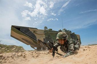 世界最快两栖装甲车演练 沙滩上如履平地