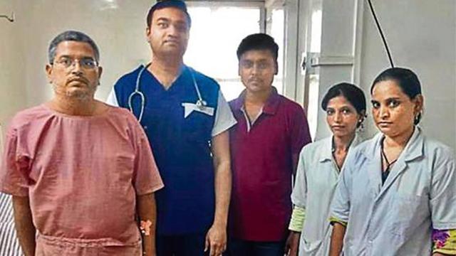 震惊!印医生从病患体内取出4100块胆结石
