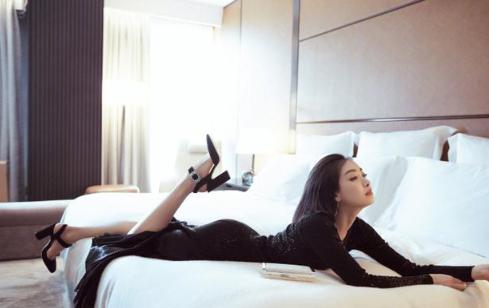 宋茜一袭黑裙秀曼妙曲线 翘臀十分抢眼