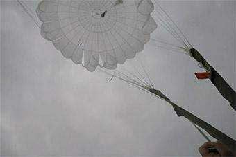 第一视角感受空降兵低空跳伞壮举