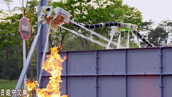 救火更安全!日本开发空中悬浮式灭火机器人