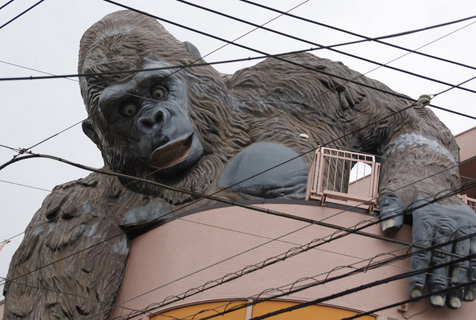 东京街头猩猩雕塑手托小女孩友爱和谐