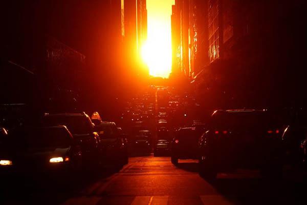 曼哈顿悬日场景壮观 拍照群众将街道堵得水泄不通