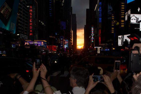 美国曼哈顿悬日忽隐忽现 吸引万众聚焦