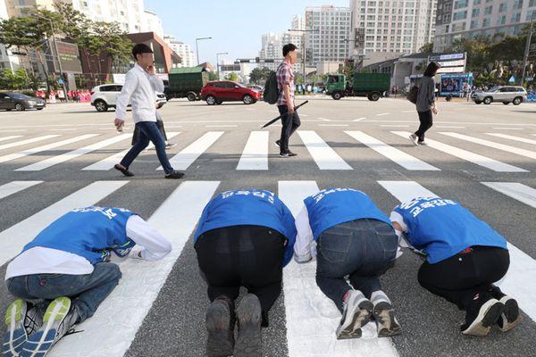 韩国地方选举候选人下跪磕头求选票 路人视而不见