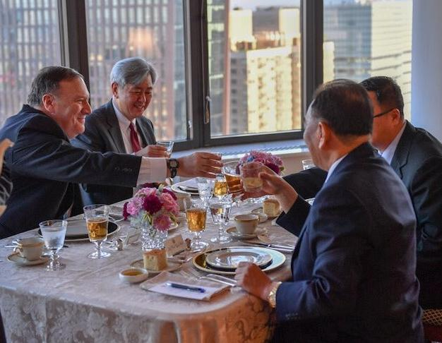 蓬佩奥发推特晒与金英哲共进晚餐照:氛围温馨