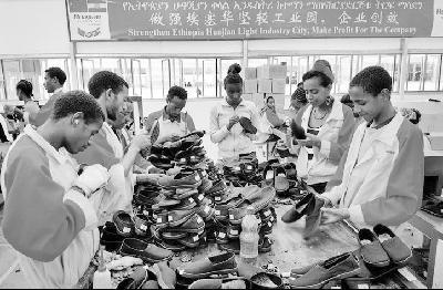 埃塞工人在当地中国工厂分拣鞋