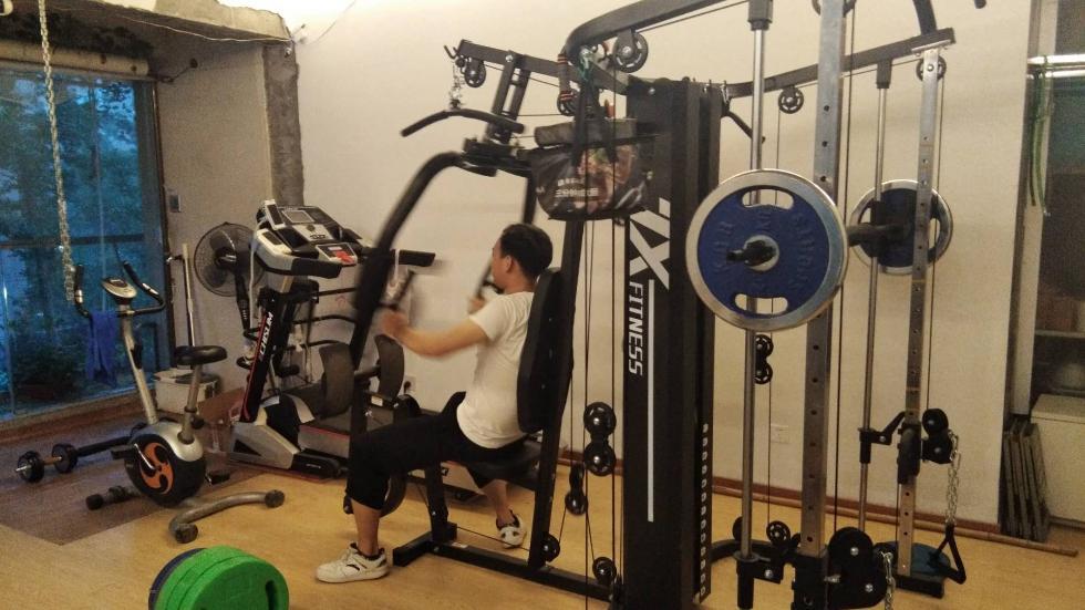 花两万多元买器械,杭州男子将出租房客厅改成健身房免费开放