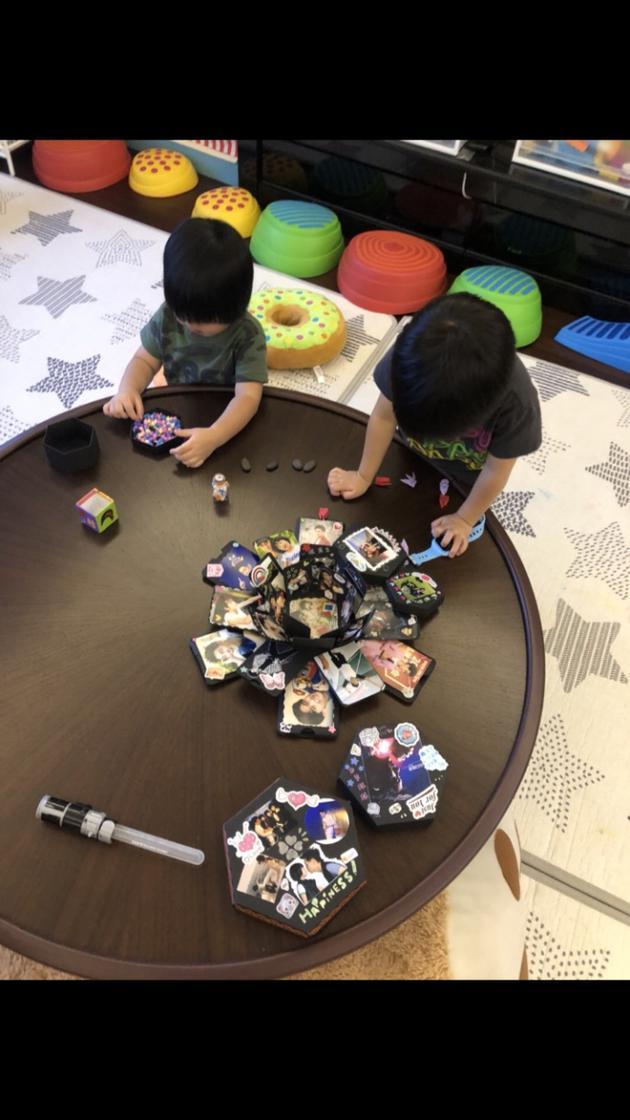 林志颖双胞胎儿子收六一礼物 趴桌认真玩爆炸盒子