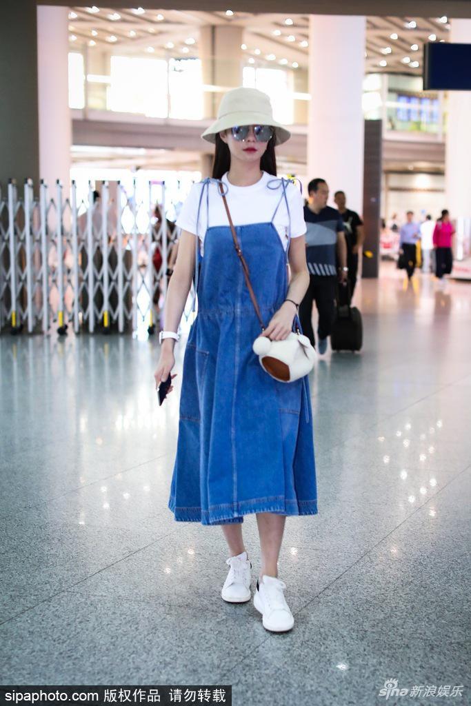 沈梦辰现身首都机场 一身吊带裙装乖巧吸睛