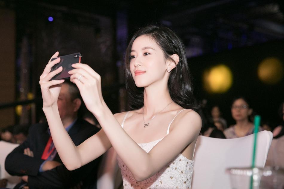章泽天鞠萍姐姐同台颁奖 白色吊带裙清凉出挑气质佳