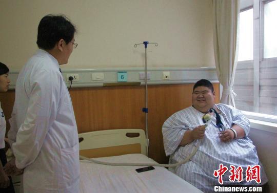 """山东19岁小伙体重688斤成""""网红"""" 渴望减到200斤"""