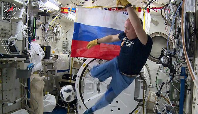 """迎世界杯到来 俄罗斯宇航员在太空""""踢球"""""""