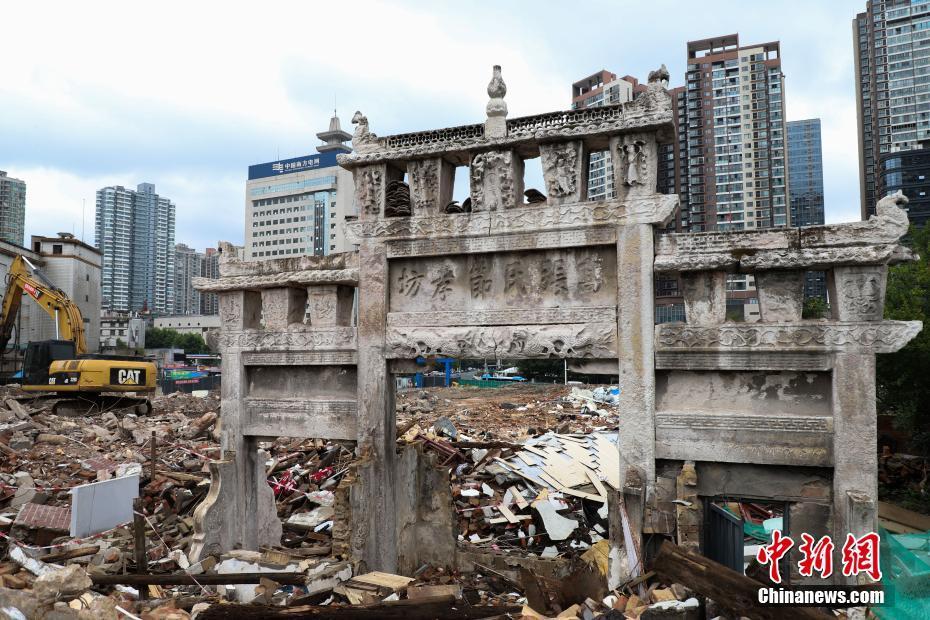 贵阳一楼房拆迁现清代牌坊 距今已有177年