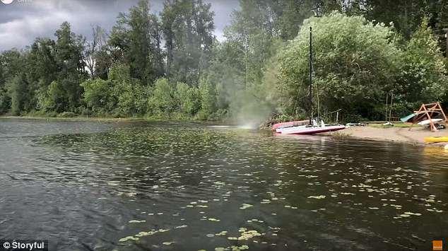 美国一湖面突然刮起尘卷风 撕毁钢桌掀翻屋顶