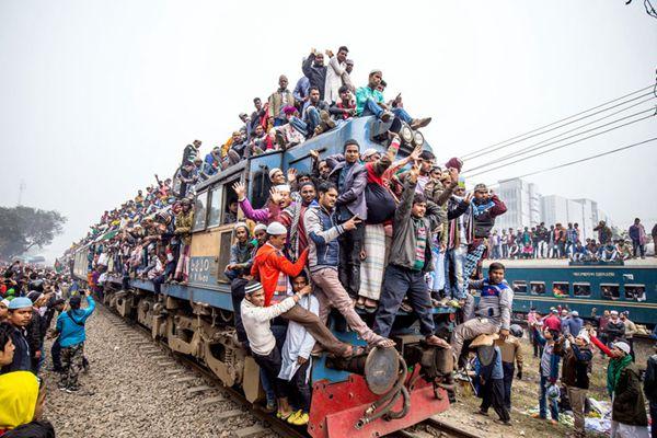 """挤地铁都弱爆了!实拍孟加拉人民返乡盛况 开挂""""骑""""火车"""
