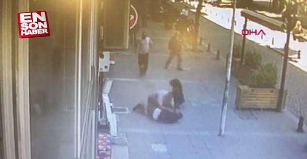 土耳其一男子街头殴打前妻遭路人飞身用头撞倒