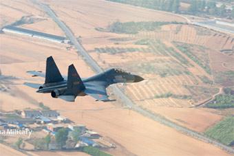 钻山谷飞远海!歼-11B战斗机低空穿越山谷