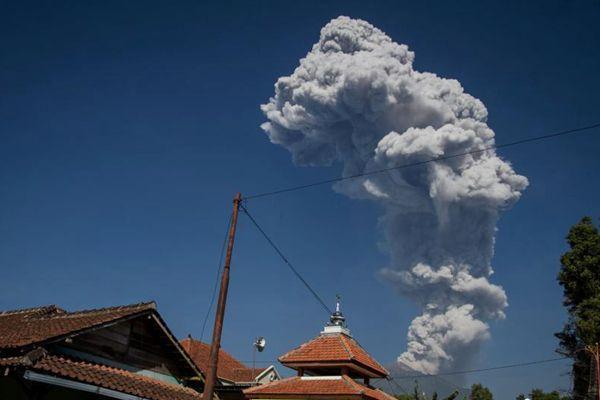 印尼默拉皮火山再度喷发 喷出蒸汽高达6000米