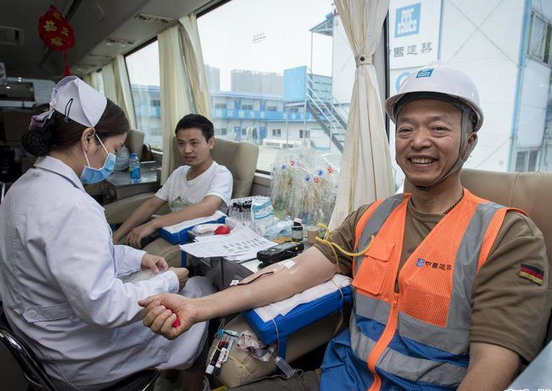 武汉:建筑工地上的献血工人