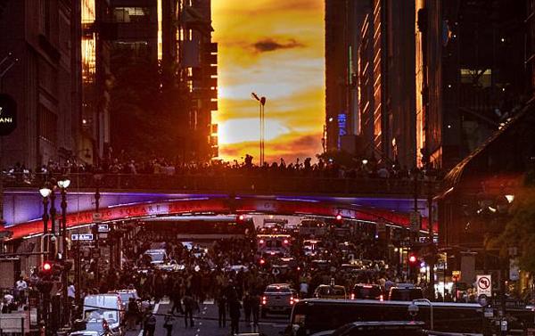 """纽约街头再现""""曼哈顿悬日""""自然景观致交通瘫痪"""
