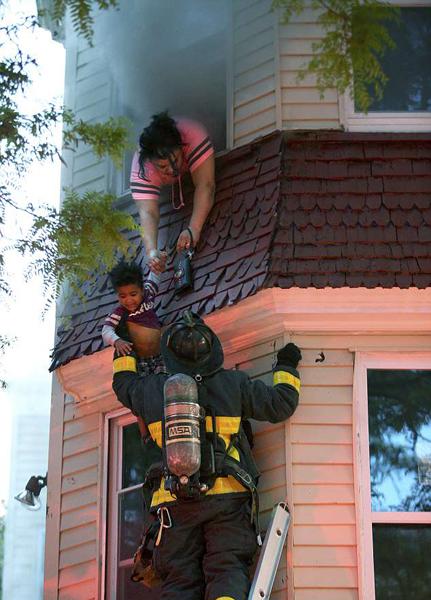 波士顿母女俩被困着火公寓 消防员成功救援