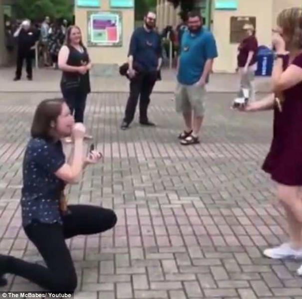 心有灵犀!美国女同性恋情侣同时向对方求婚