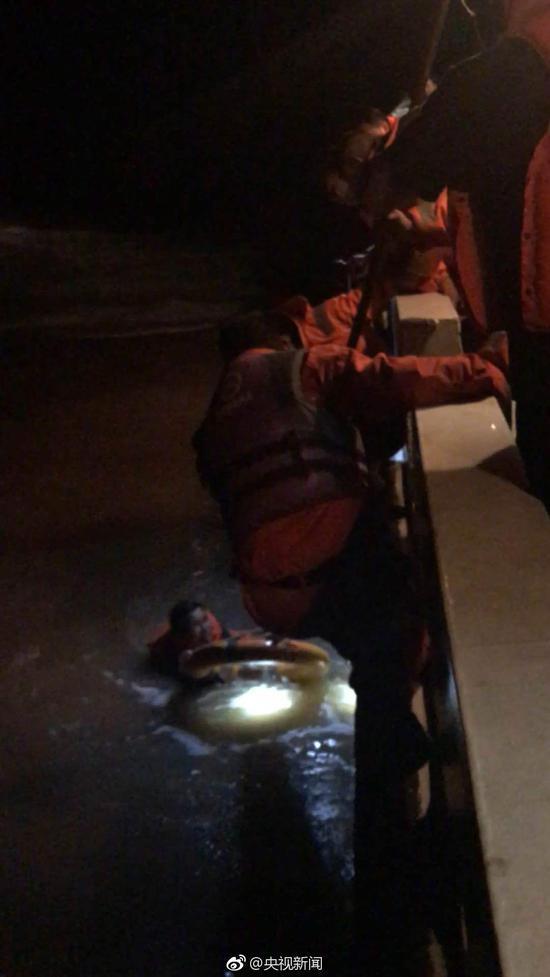 货轮在浙江临海附近水域翻扣遇险 造成2人失踪