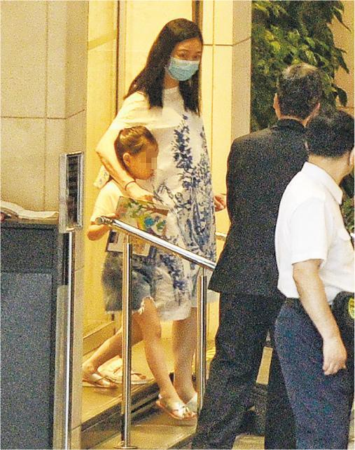 52岁朱丽倩肚凸出疑再怀孕 刘德华伤愈造人成功?