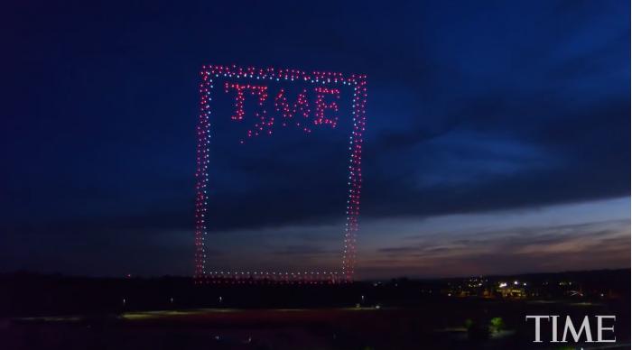 悬挂高空 958架英特尔无人机组成《时代周刊》封面