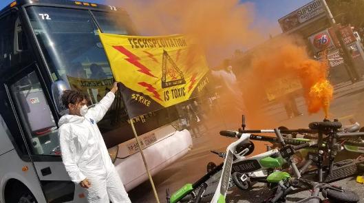 抗议者将电动滑板车扔到街上以阻止科技公司通勤者