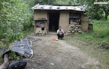 60岁老汉帮三个弟弟娶妻生子,现在一身病根,一人常饿肚子