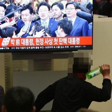 韩国男子酒后吐槽朴槿惠 被同桌老大爷一顿暴打