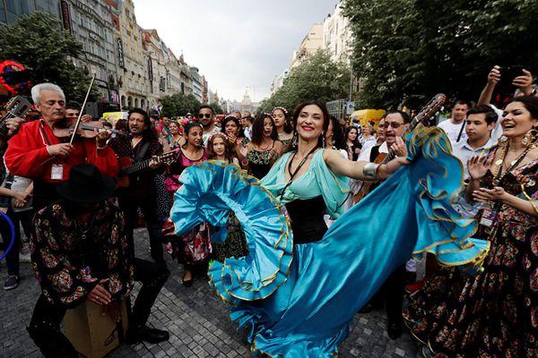 捷克掀起世界罗姆人节狂欢 参与者扬大裙摆热舞