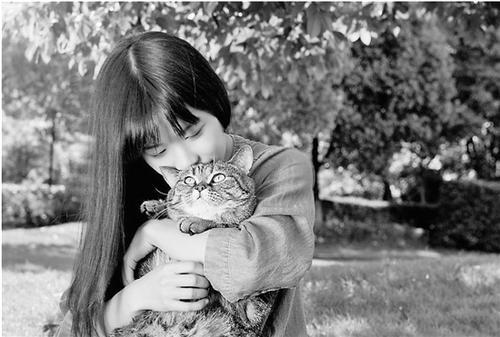 中国侨网十分爱猫的姚馨予。