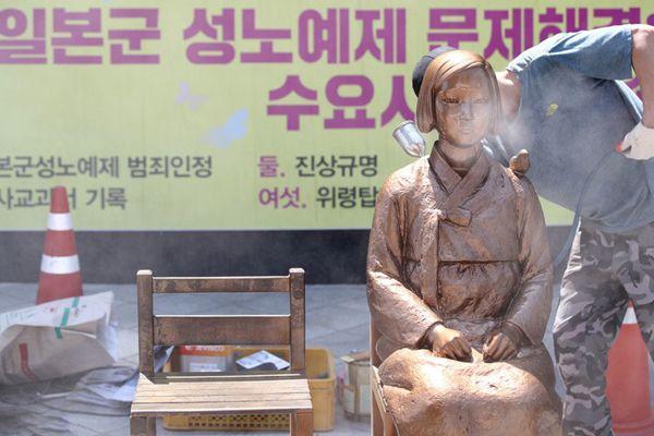 """韩国首尔:日使馆前和平少女像喷漆换""""新衣"""""""