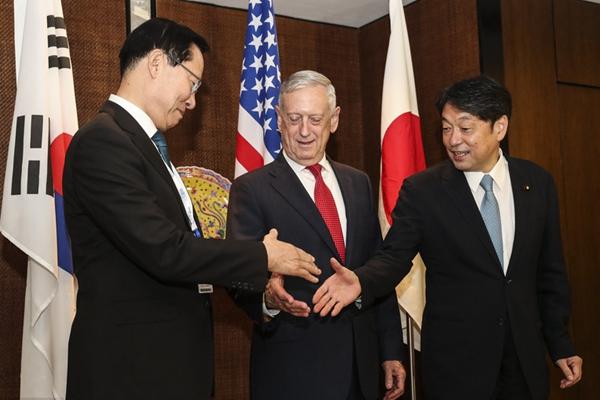 美日韩三国防长在新加坡举行会晤