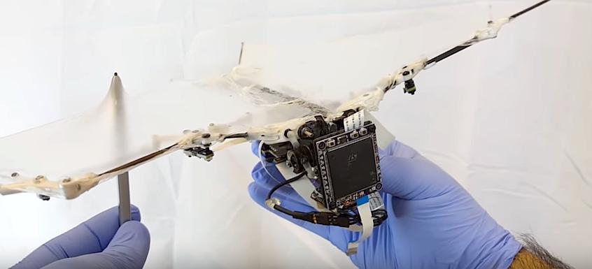 世界首个能在飞行中变形的机器人问世