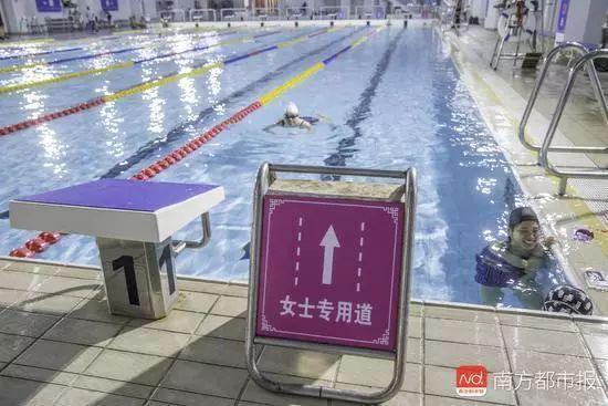"""广州推出""""女性泳道""""网友吵翻天:说什么男女平等"""