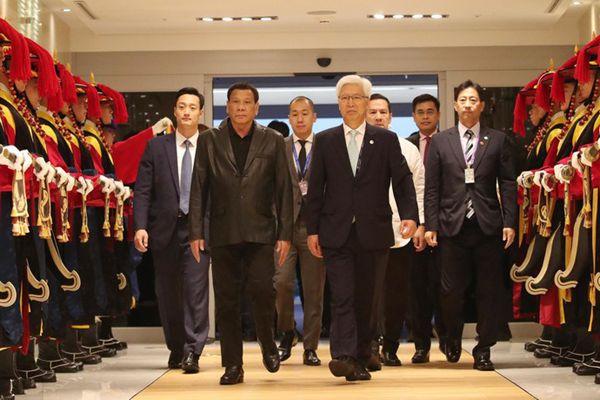 菲律宾总统杜特尔特访韩 皮衣西装超有范