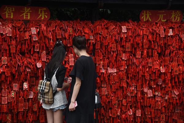 高考季 南京夫子庙迎来祈福上香热潮