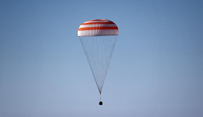 """俄罗斯""""联盟""""号飞船成功着陆 宇航员安全出舱"""